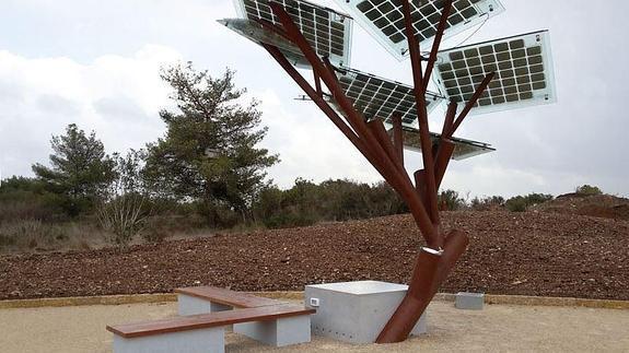 Árbol artificial que produce wifi y electricidad en lugar de frutas