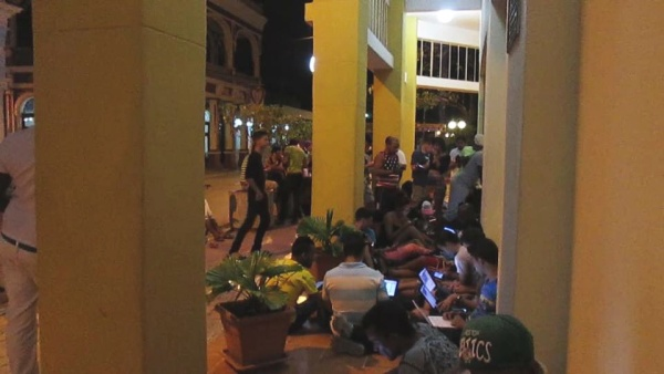 Gente en la calle para compartir Internet en Cuba