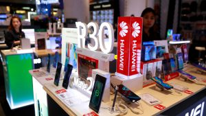 Tienda con móviles Huawei a la venta